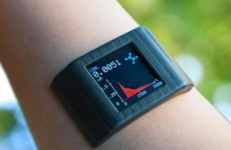 C'est une montre intelligente mais avec un petit quelque chose en plus, ce fameux « adhésif » double face capable de détecter les métabolites et les nutriments présents dans la transpiration corporelle (Visuel Yichao Zhao / UCLA)