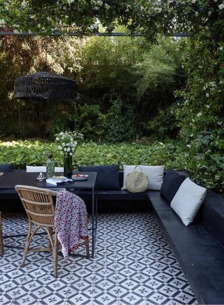 terrasse design carreaux de ciment canapé bois noir - blog déco - clematc