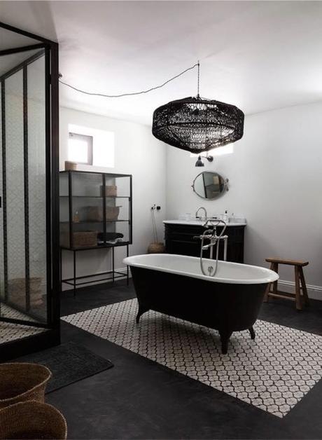 manoir français salle de bain tendance baignoire îlot noire - blog déco - clemaroundthecorner