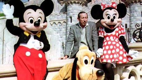 Un hommage vibrant à Walt et Roy Disney est symbolisé par une comédie musicale