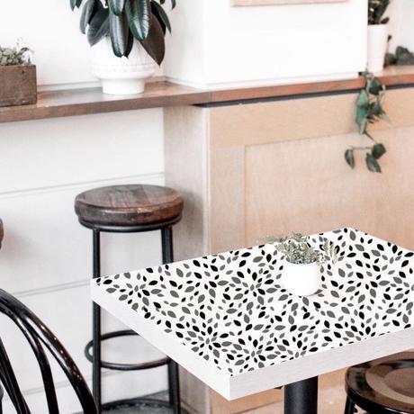 déco personnalisée table cuisine papier adhésif à pois noir et blanc tabouret rond bois et métallique