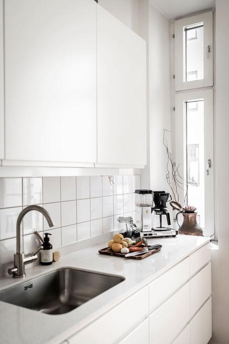 cuisine immaculé blanc plan de travail korian mouchetté marbre meuble poignée invisible
