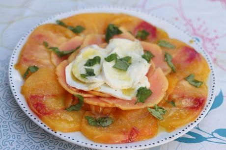 Mozzarella truffée sur carpaccio de tomates et de papaye