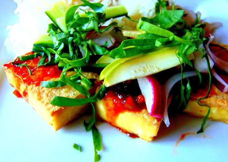 Tofu asiatique avec sauce et crudités