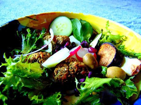 Bol méditerranéen avec houmos, falafels et légumes grillés
