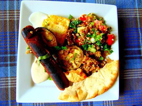 Tofu et saucisse végétale sur boulgour avec aubergines grillées et taboulé
