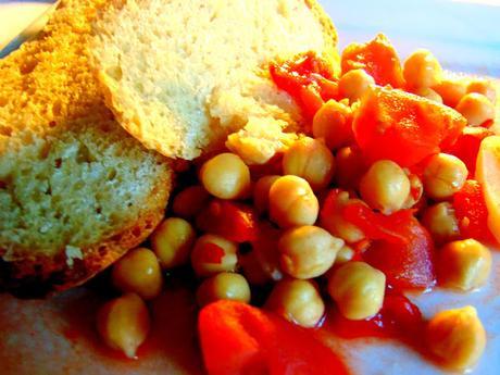 Pois chiches à la tomate sur tartines de pain grillé