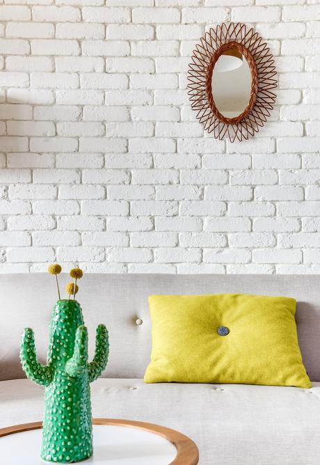 blog déco salon mur briques blanches canapé gris