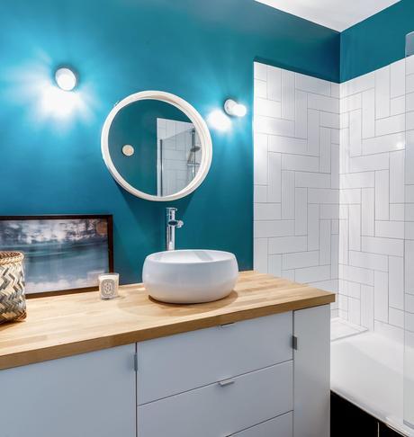blog déco salle de bain mur bleu carrelage géométrique meuble ikea hack
