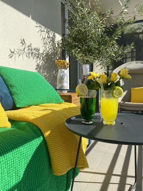comment aménager terrasse colorée longueur canapé fauteuil coin salon jardin olivier en pot jardinière