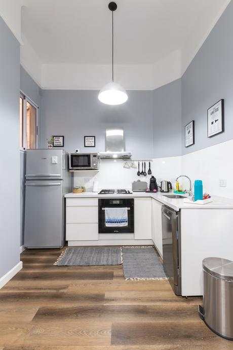 mur bicolore soubassement gris kitchenette sol vinyle imitation parquet studio étudiant