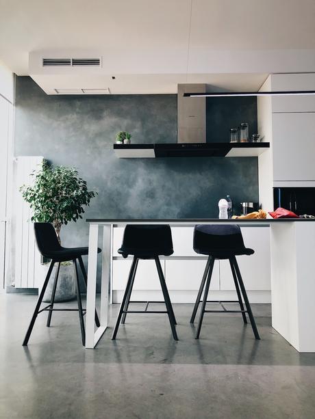 cuisine ouverte ilot central en T blanche noir grise béton ciré mur sol