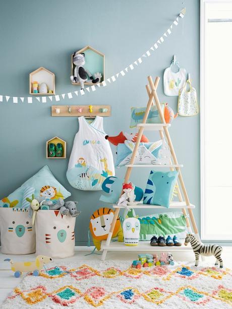 chambre bébé mur bleu layette thème jungle lion savane idée déco