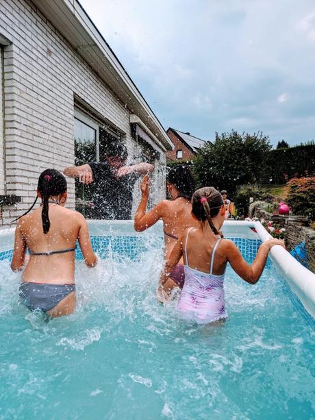 Oui, 4 jeunes enfants dans une piscine, c'est bruyant !