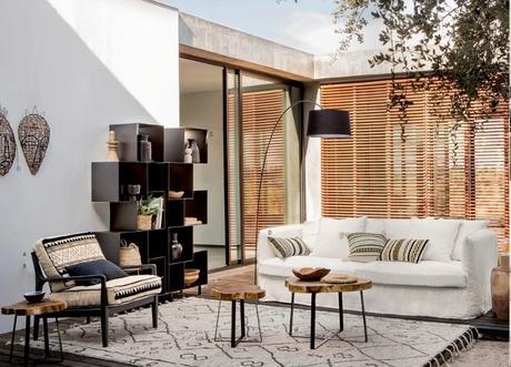 salon extérieure terrasse canapé bohème blanc tapis berbère étagère métallique noir outdoor