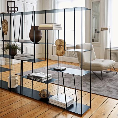 étagère métallique noire minimaliste sobre salon élégant parquet en bois style haussmannien