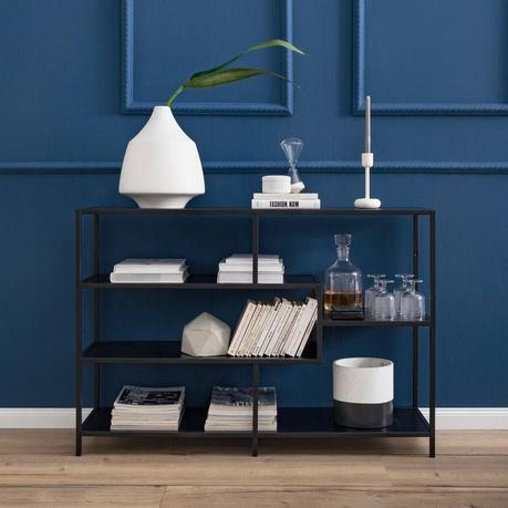 Etagère graphique en métal noir parquet bois moulure mur bleu