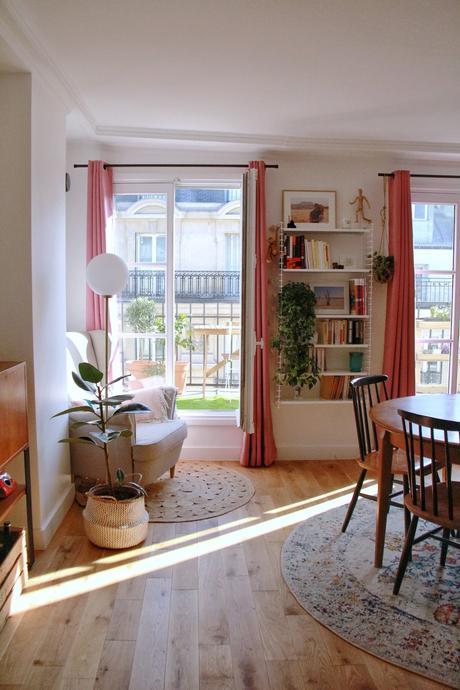 coin lecture salon fauteuil blanc vintage tapis rond fibres naturelles