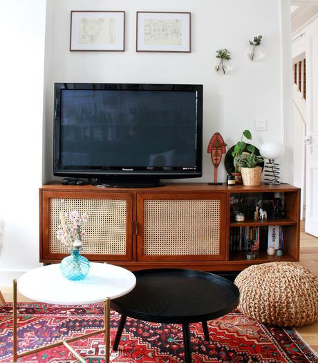 salon meuble tv cannage en bois tapis ethnique rouge table basse ronde