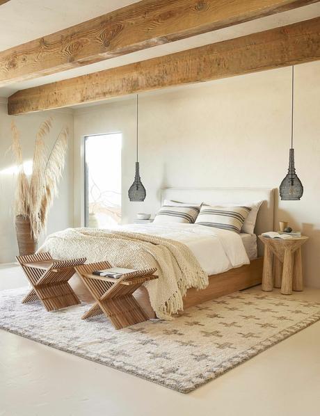 suite parentale déco intérieure champêtre lit en bois poutres apparentes herbes de la pampa clematc