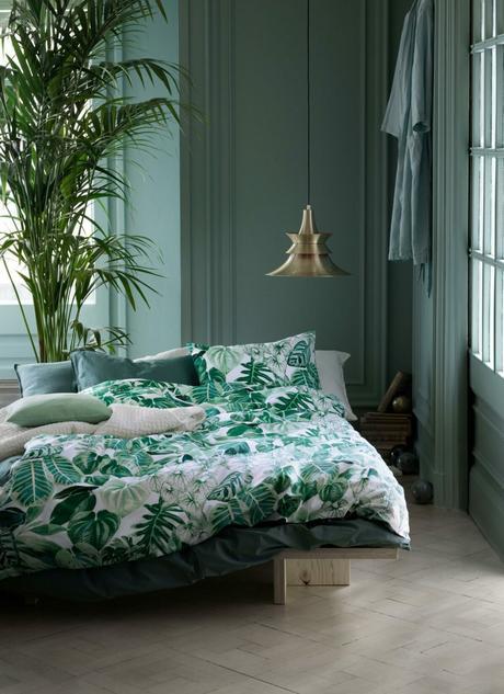suite parentale mur vert housse couverture végétale parquet en bois suspension laiton