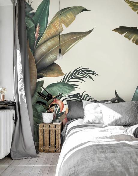 papier peint tropical table basse palette en bois rideau housse grise déco intérieure