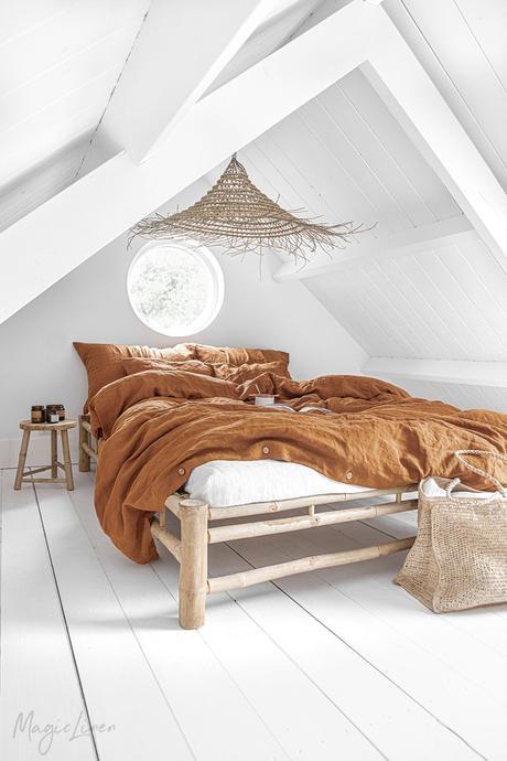 chambre sous les toits parquet en bois lamé blanc lit en bois déco nature rustique