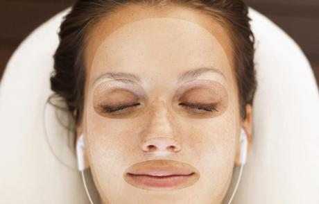 Se relaxer à l'aide d'un masque beauté