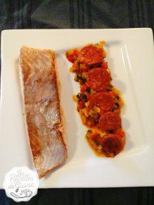 Du saumon accompagné de chorizo et de légumes.