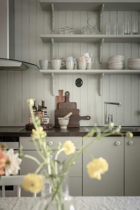 cuisine décoration vintage style campagne vert amande étagère ouverte