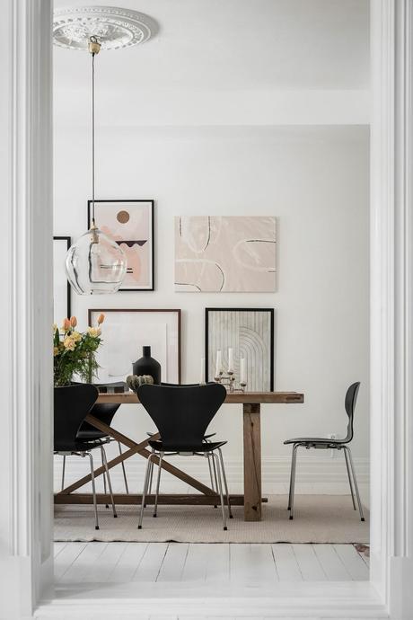 salle à manger séjour tout blanc décoration table campagne mur de cadre arty