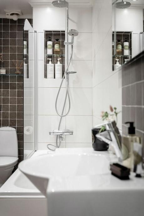 salle de bain salon blanc et noir baignoire