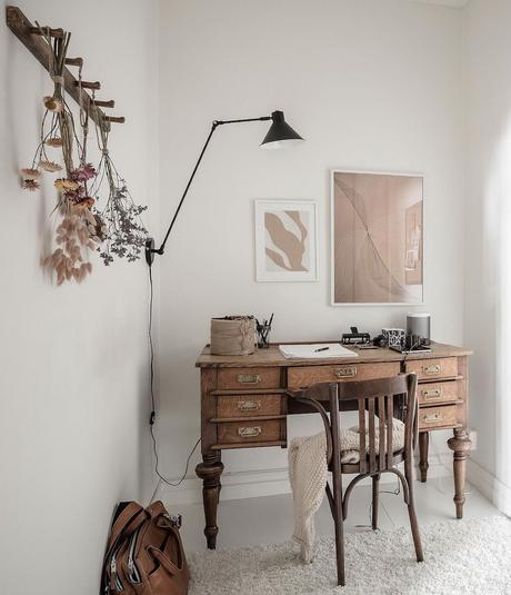 coin bureau salon blanc tapis moumoutte vieux meuble écolier vintage fleur séchée suspendue