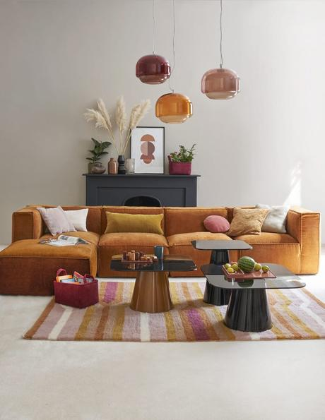 salon canapé velours cotelé modulable orange lampe suspension boule verre fumé rose camaïeu déco