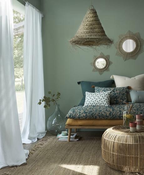 salon bohème nature mur peinture vert de gris suspension paille canapé daybed futon couvre lit liberty motif fleur