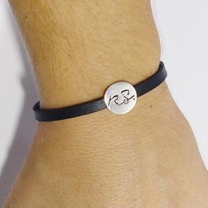 homme portant son bracelet personnalisé en cuir et or 18 carats