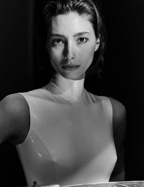 Alexandra Agoston par Chris Colls