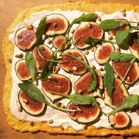 pizza en pâte de courgette aux figues et roquette