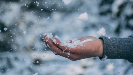 main dans la neige