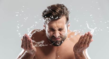 homme se nettoyant la peau