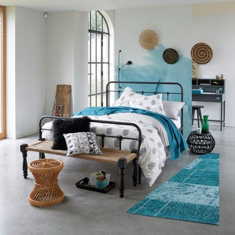 chambre lit double métal noir tabouret rond banquette fibres naturelles déco méditerranéenne