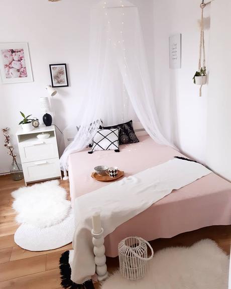 chambre blanche rose coussin scandi bohème pompon noir blanc