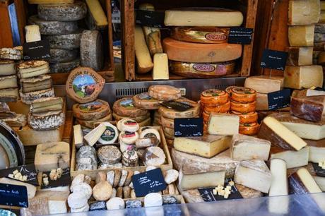 Fromages de Savoie - marché à Annecy © French Moments