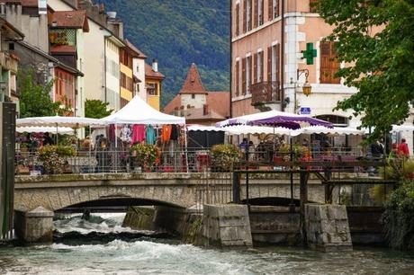 Les étals du Marché à Annecy © French Moments