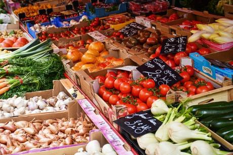 Maraîcher - marché à Annecy © French Moments