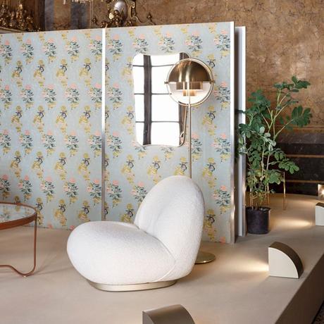 fauteuil rond blanc rembourré support métallique doré salon vintage papier peint bleu pastel blog clematc