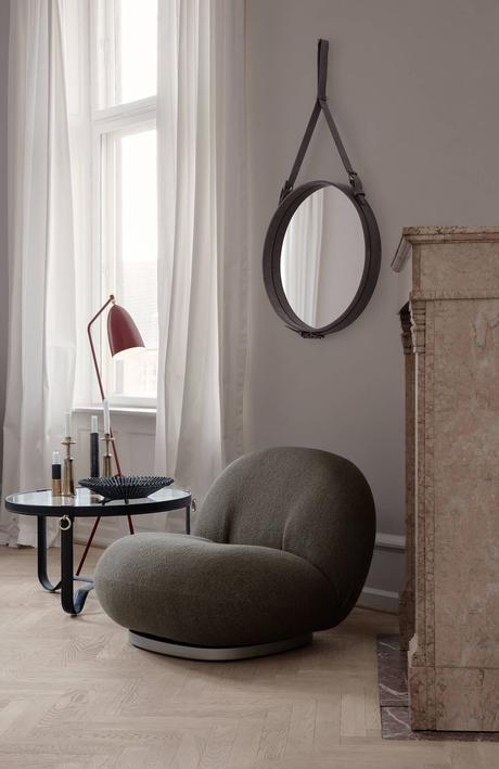 salon sobre fauteuil gris foncé table basse ronde métallique noir lampe métal rouge