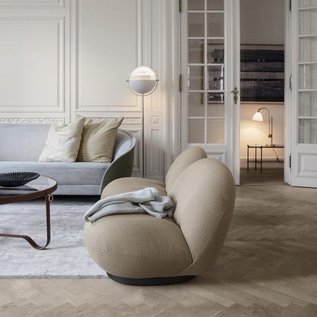 fauteuil pacha rond beige salon sobre élégant parquet bois lamé table basse rond en verre