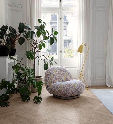 chaise pacha vintage rétro rose jaune pastel salon plante verte appartement parisien blog déco clematc