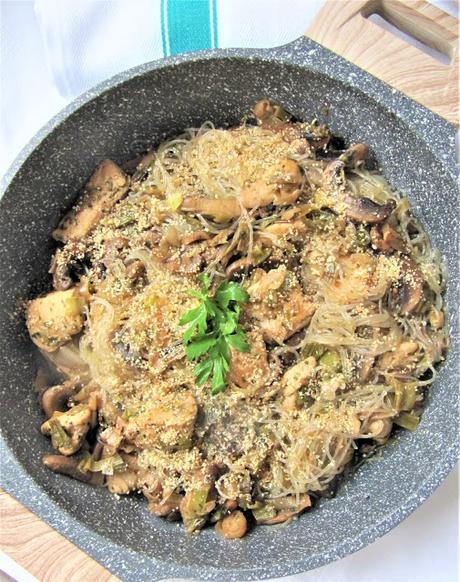 Vermicelle sauté aux champignons, poulet et gomasio